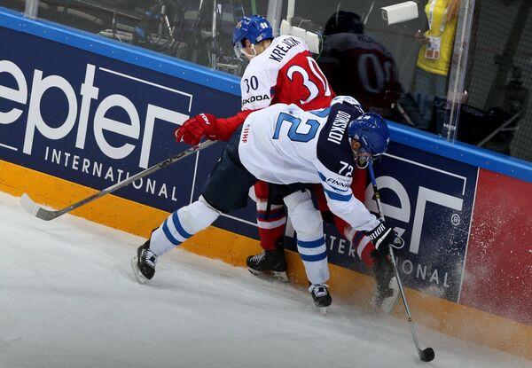 Защитник сборной Чехии Якуб Крейчик (справа) и форвард Финляндии Йоонас Донской