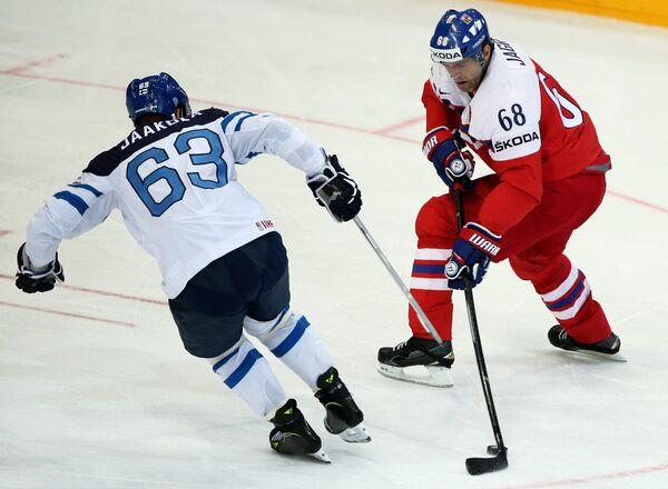 Защитник сборной Финляндии Топи Яакола (слева) и форвард сборной Чехии Яромир Ягр