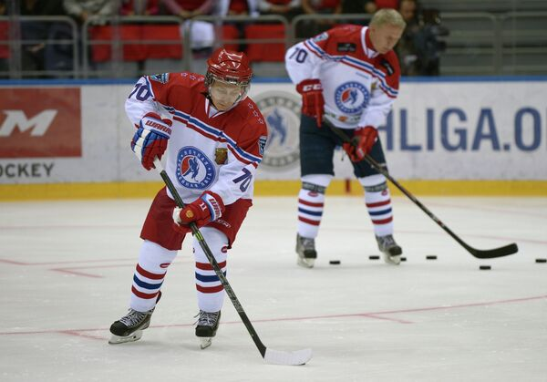 Президент России Владимир Путин во время разминки перед началом гала-матча турнира Ночной хоккейной лиги в Сочи