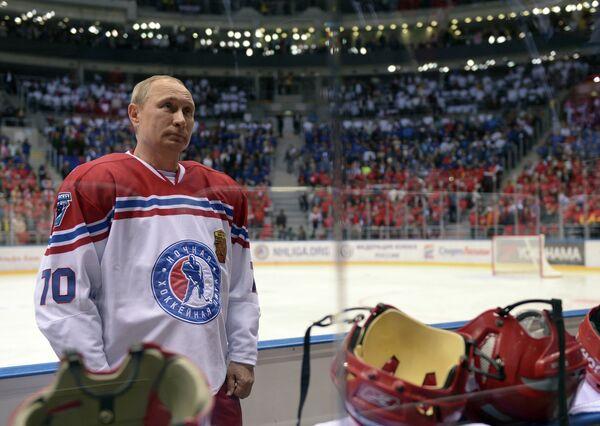 Президент России Владимир Путин перед началом гала-матча турнира Ночной хоккейной лиги в Сочи