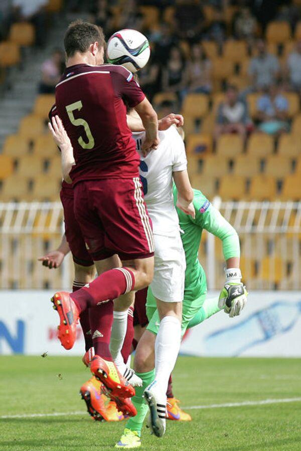 Защитник юношеской сборной России по футболу Алексей Татаев (на переднем плане)