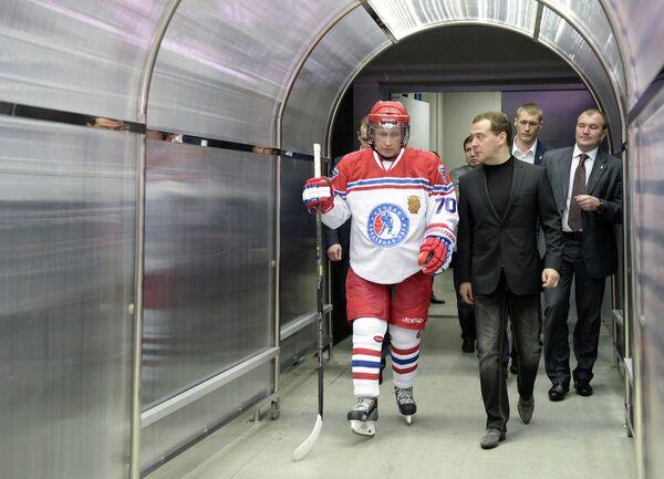 Президент России Владимир Путин и председатель правительства России Дмитрий Медведев (слева направо на первом плане)