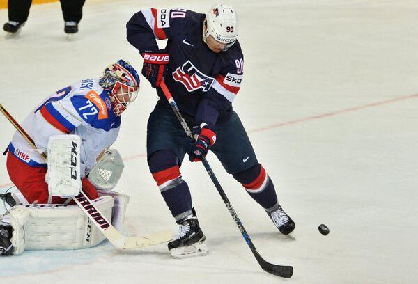 Вратарь сборной России Сергей Бобровский (слева) и форвард сборной США Андерс Ли