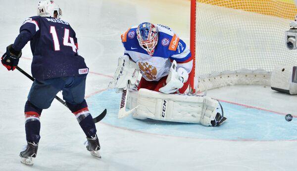 Нападающий сборной США Стив Мозес (слева) и вратарь сборной России Сергей Бобровский