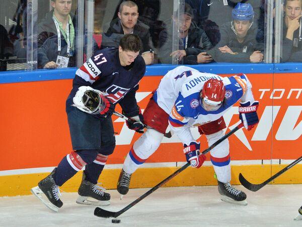 Защитник сборной США Тори Краг (слева) и форвард сборной России Виктор Тихонов
