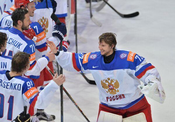 Хоккеисты сборной России поздравляют вратаря сборной Сергея Бобровского