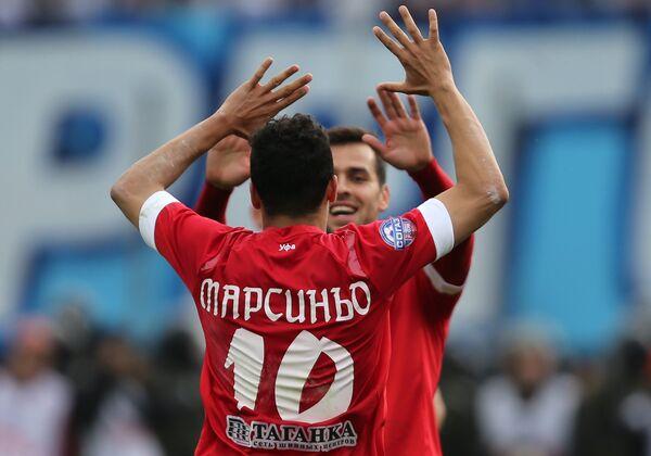 Футболисты Уфы Марсиньо (на первом плане), Харис Ханджич радуются забитому мячу