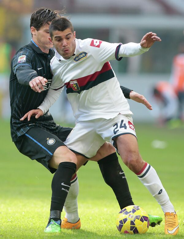 Футболист Дженоа Яго Фальке (на первом плане) в матче против Интера