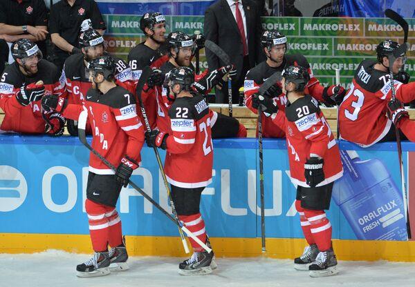Игроки сборной Канады радуются заброшенной шайбе