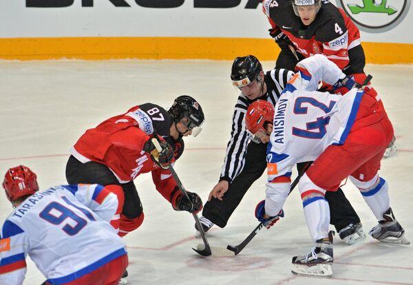 Форвард сборной Канады Сидни Кросби (слева) и нападающий сборной России Артём Анисимов