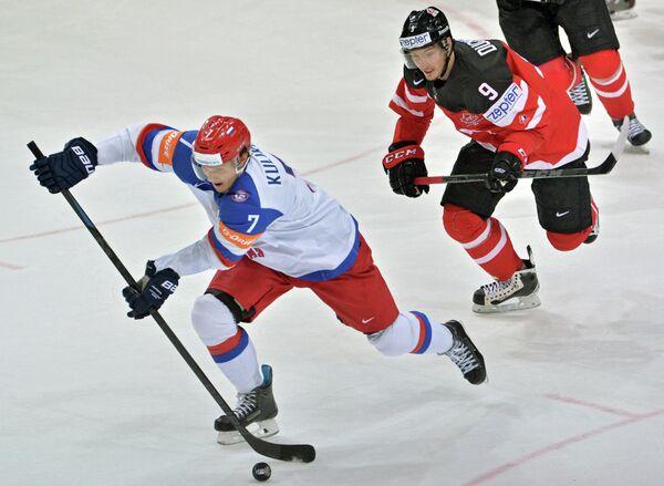 Защитник сборной России Дмитрий Куликов (слева) и форвард сборной Канады Мэтт Дюшейн