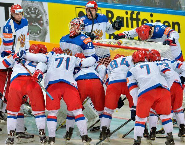 Игроки сборной России перед началом финального матча чемпионата мира по хоккею 2015