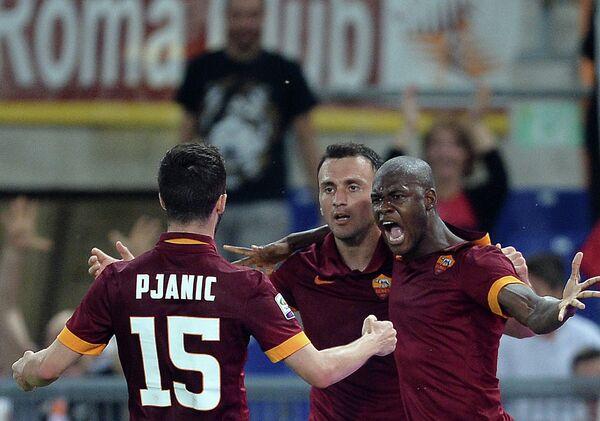 Игроки Ромы радуются забитому голу