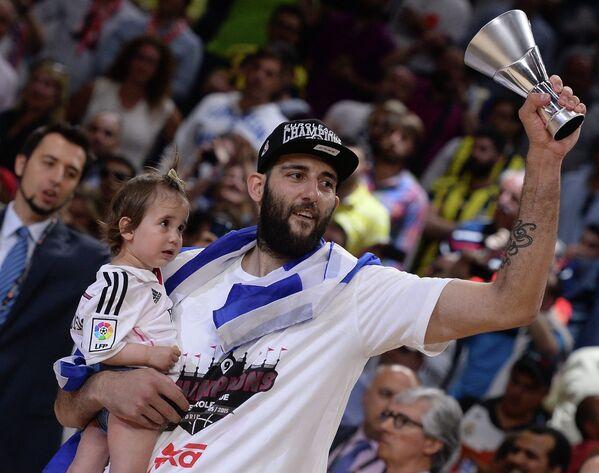Игрок Реала Яннис Бурусис радуется победе в финальном матче Финала четырех баскетбольной Евролиги