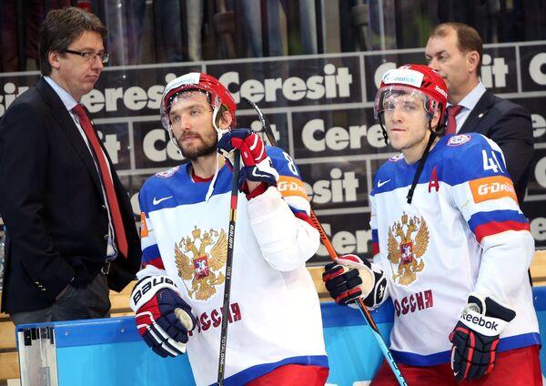 Тренер сборной России по хоккею Харийс Витолиньш, хоккеисты сборной России Александр Овечкин и Николай Кулёмин (слева направо)