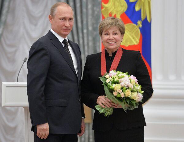 Президент России Владимир Путин (слева) и девятикратная олимпийская чемпионка в соревнованиях по спортивной гимнастике Лариса Латынина