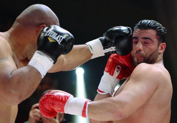 Боксеры Алекс Леапаи (слева) и Мануэль Чарр