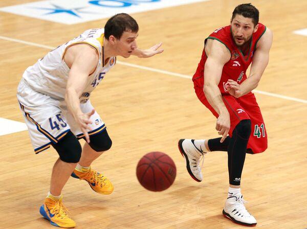 Форвард БК Химки Максим Шелекето (слева) и форвард БК Локомотив-Кубань Никита Курбанов