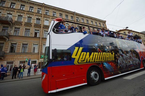 Автобус с игроками СКА во время чествования хоккеистов и руководства хоккейного клуба СКА