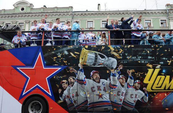 Игроки и руководство клуба во время чествования хоккеистов и руководства хоккейного клуба СКА