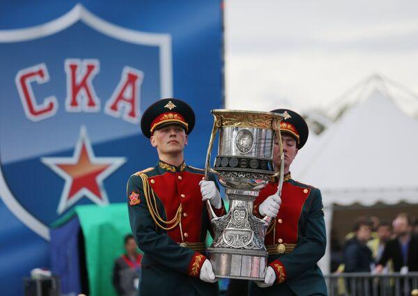 Главный трофей КХЛ во время чествования хоккеистов и руководства хоккейного клуба СКА