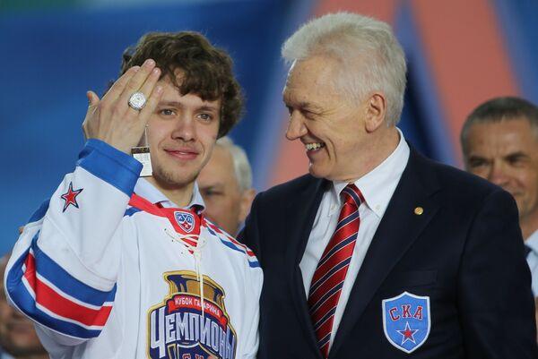 Нападающий СКА Артемий Панарин (слева) и председатель Совета директоров, президент хоккейного клуба СКА Геннадий Тимченко