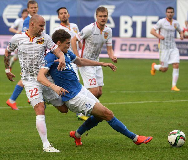 Защитник Арсенала Лукаш Тесак и полузащитник Динамо Роман Зобнин (слева направо на первом плане)