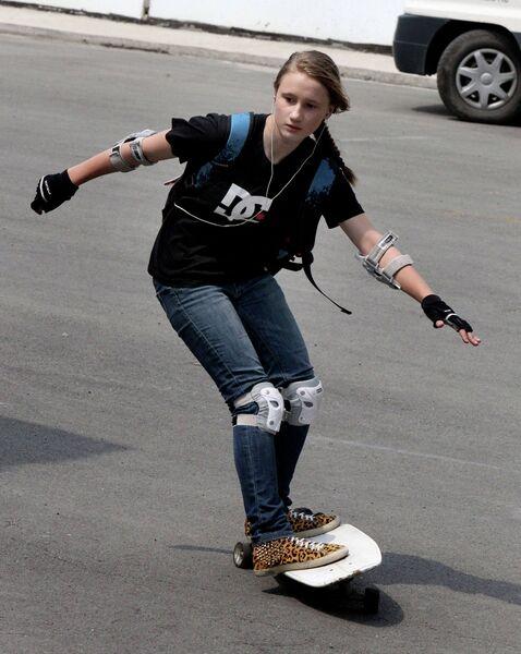 Участница соревнований по скейтбордингу  во Владивостоке