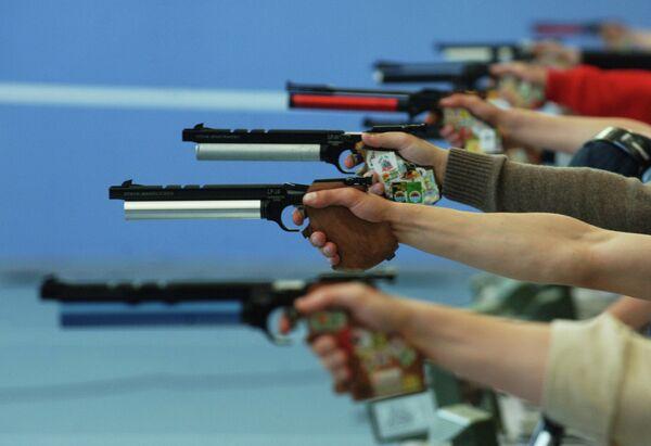 Во время стрельбы женщин из малокалиберного пистолета с дистанции 25 м