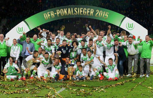 Футболисты Вольфсбурга с Кубком Германии