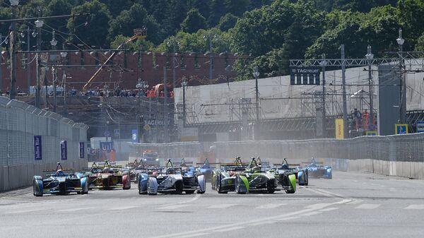 Болиды на старте гонки этапа чемпионата мира в классе Формула Е в Москве