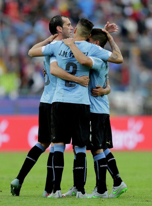 Игроки сборной Уругвая по футболу радуются забитому голу