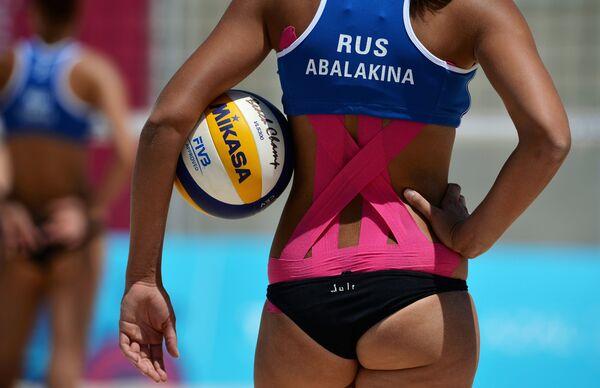 Юлия Абалакина (Россия) в матче женского турнира по пляжному волейболу