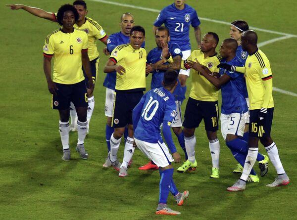 Форвард сборной Бразилии Неймар (на переднем плане)