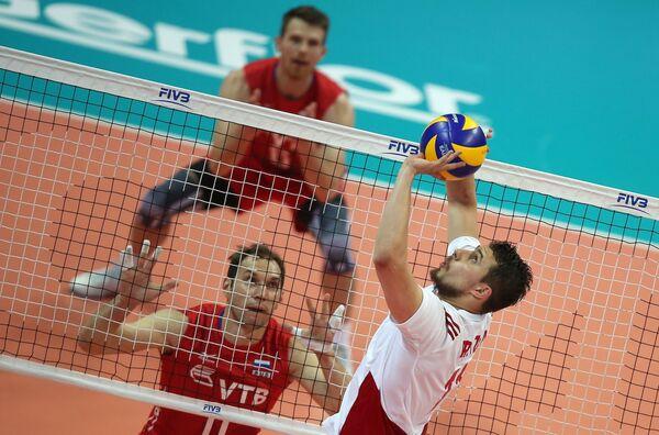 Блокирующий сборной России Андрей Ащев (слева) и связующий сборной Польши Фабиан Джизга