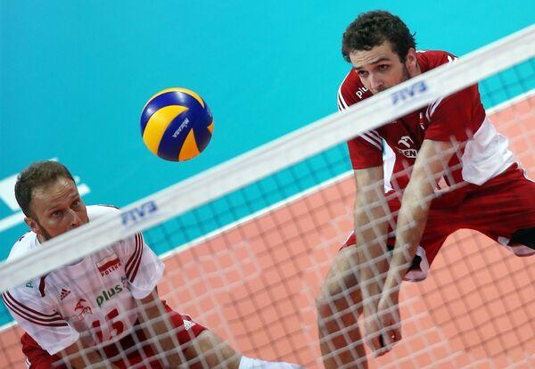 Волейболисты сборной Польши Пётр Гацек (слева) и Матеуш Мика