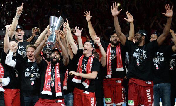 Баскетболисты Бамберга радуются победе в чемпионате Германии