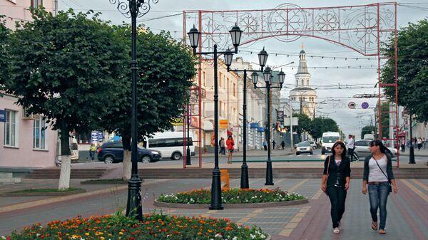 Жители Чебоксар проходят по бульвару купца Ефремова