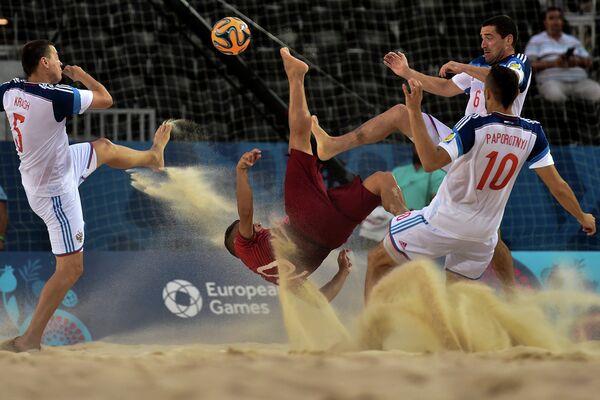 Игровой момент матча по пляжному футболу между сборными России и Португалии