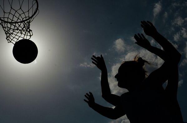 Игроки в матче по баскетболу 3х3 среди женщин между сборными командами Израиля и Румынии на I Европейских играх