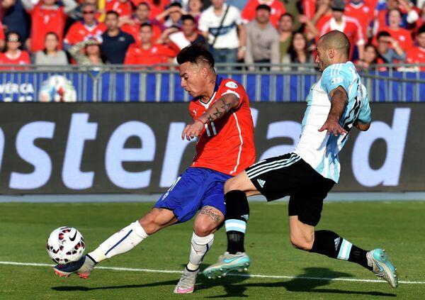 Форвард сборной Чили Эдуардо Варгас (слева) и защитник сборной Аргентины Хавьер Маскерано