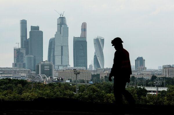 Рабочий на строительной площадке Большой Спортивной Арены Лужники в Москве
