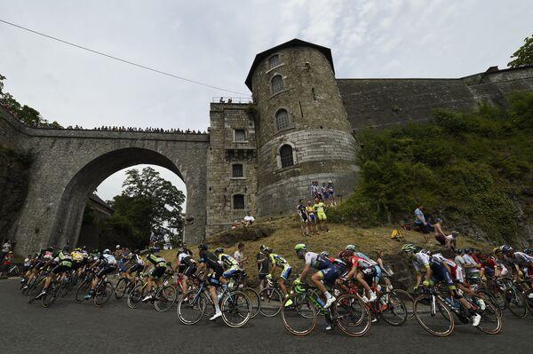 Спортсмены на дистанции третьего этапа Тур де Франс