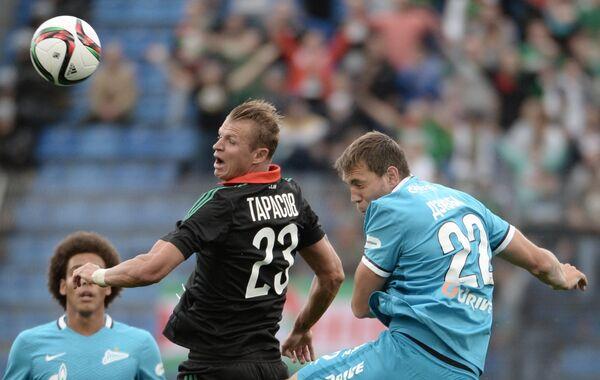 Полузащитник Локомотива Дмитрий Тарасов (слева) и нападающий Зенита Артём Дзюба