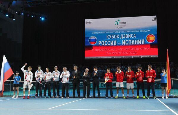 Сборная России (слева) и сборная Испании
