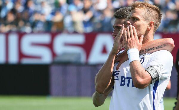 Нападающий Динамо Александр Кокорин радуется забитому мячу
