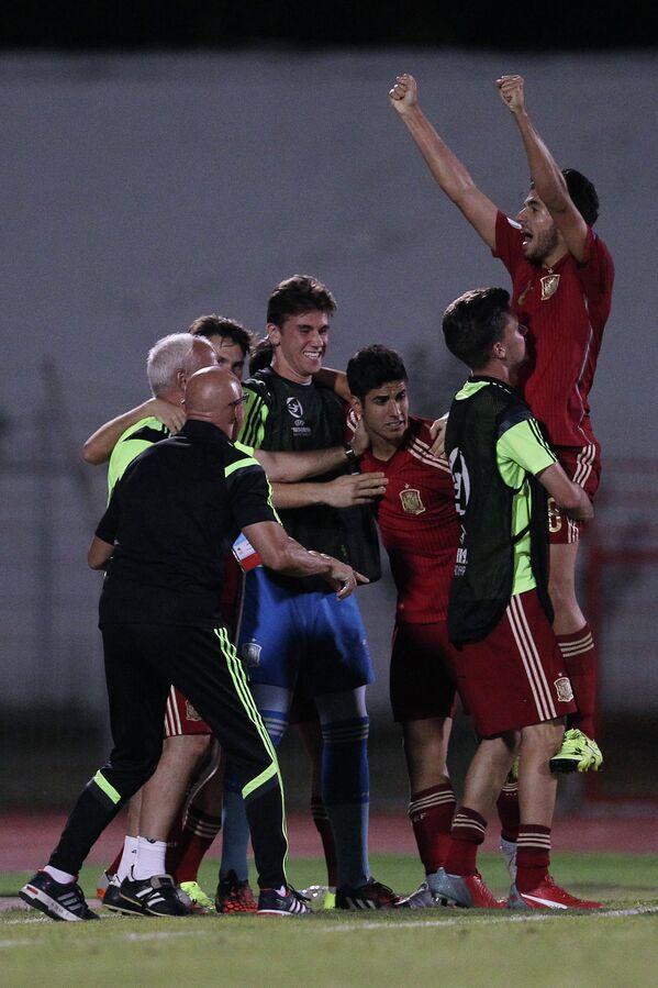 Игроки юношеской сборной Испании радуются забитому голу