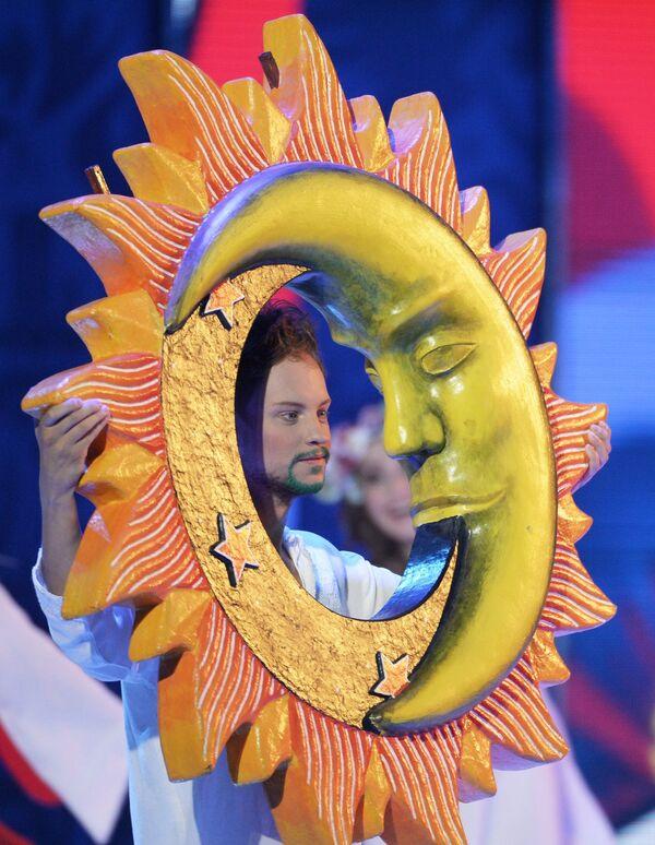 Артист выступает на церемонии предварительной жеребьевки чемпионата мира по футболу 2018 по футболу в Константиновском дворце в Стрельне