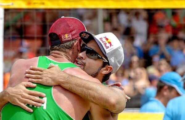 Бразильские пляжные волейболисты Серутти Элисон и Бруно Шмидт (слева направо)