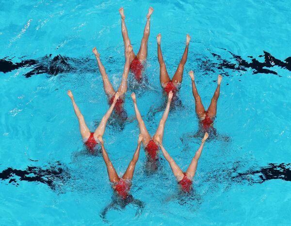 Спортсменки сборной Японии выступают в финале технической программы групповых соревнований по синхронному плаванию
